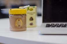 Kakaové boby v medu pleva u počítače na mlsání