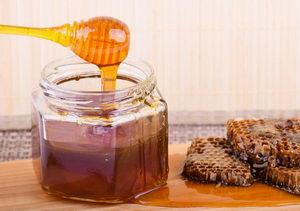 včelí med na naběračce