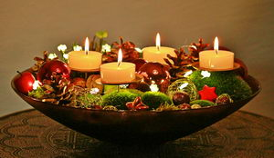 jednoduchý vánoční svícen v misce, pleva