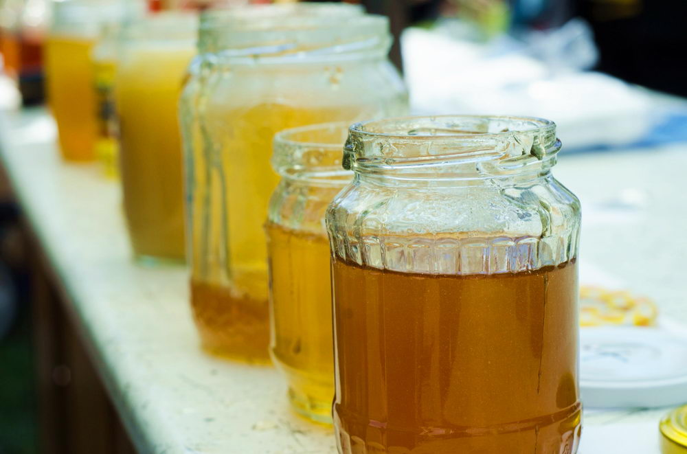 otevřené sklenice s medy