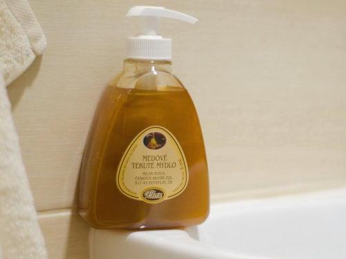 medové tekuté mýdlo, koupelna, košík