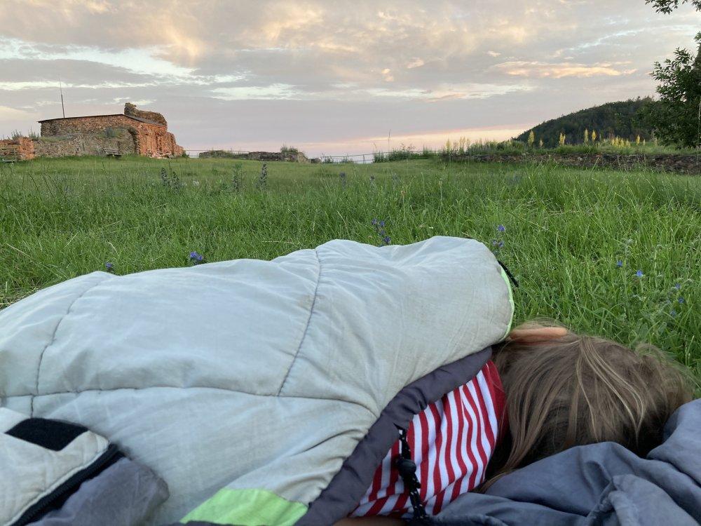 Mikrodobrodružství, spaní na zřícenině