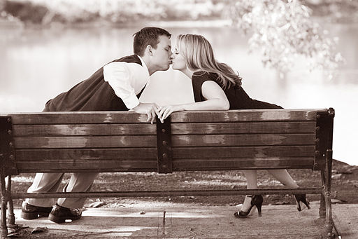 žena a muž se líbají možný přenos oparu