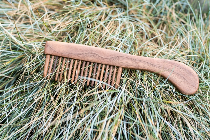 dřevěný hřeben s rukojetí