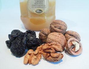 Zdravé vánoční cukroví, suroviny, med, ořechy, švestky - Pleva