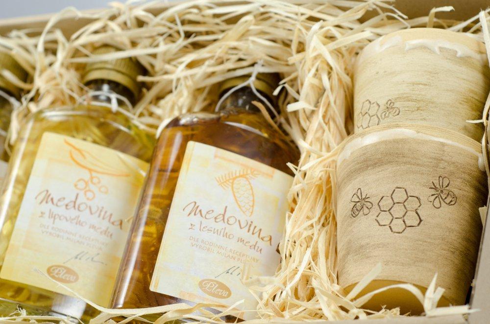 sada medovin a kalíšků z chráněné dílny