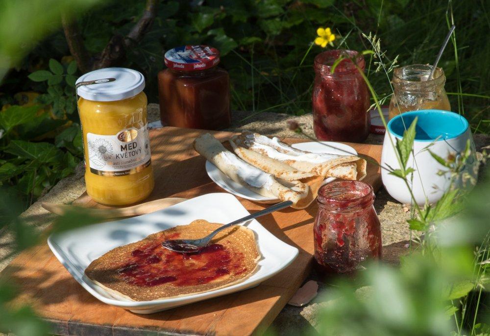 Domácí jahodová marmeláda s medem, palačinky