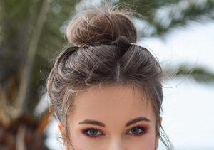 účesy pro jemné vlasy, ležérní drdol