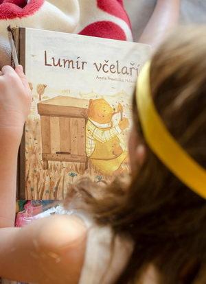 Dětská ilustrovaná kniha Lumír včelaří, Pleva