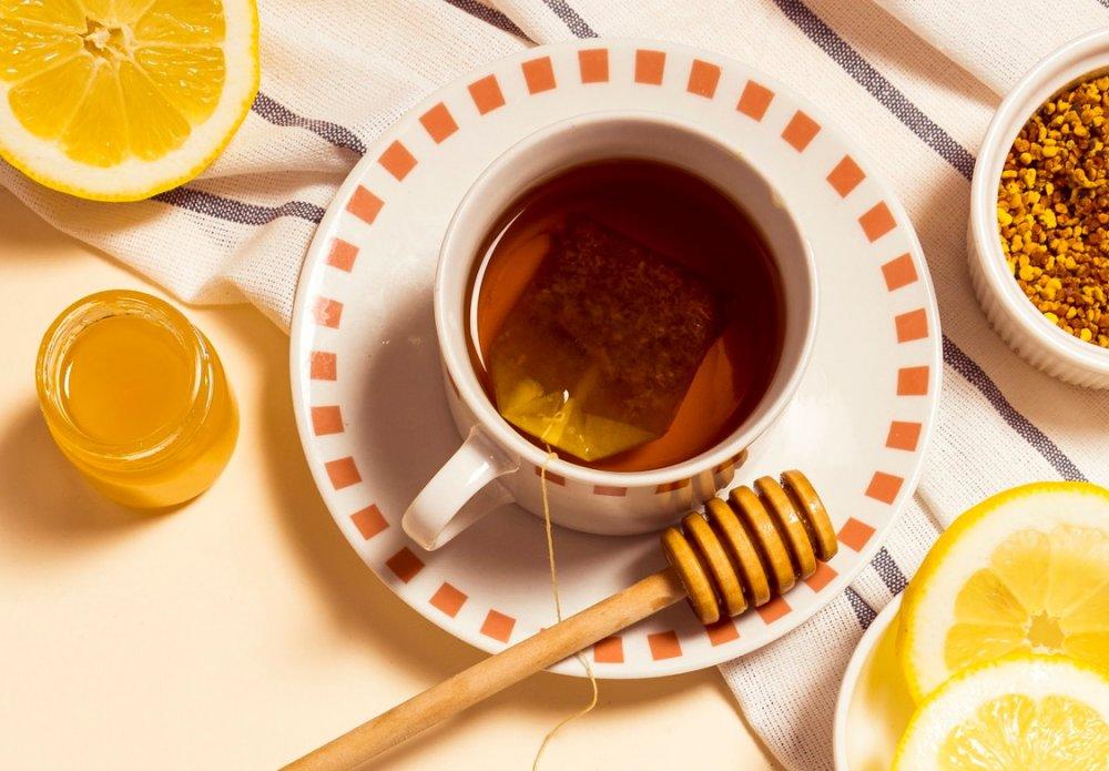 čaj se slivovicí, citronem a medem na nachlazení