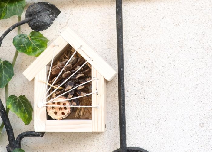 Hmyzí hotel pro včely samotářky a užitečný hmyz, malý