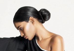 účesy pro jemné vlasy, nízký drdol baletka