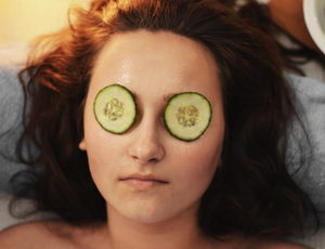 Péče o oční okolí a unavené oči, okurka