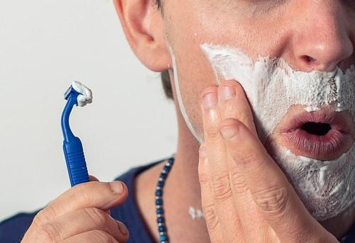 jak předcházet zarůstání vousů